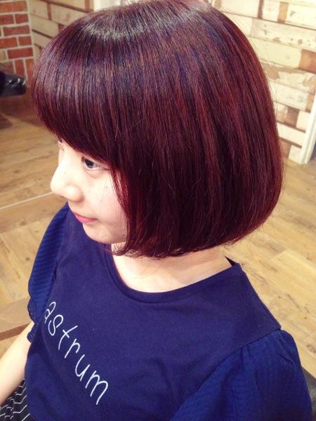 バイオレット系や赤系の髪の色