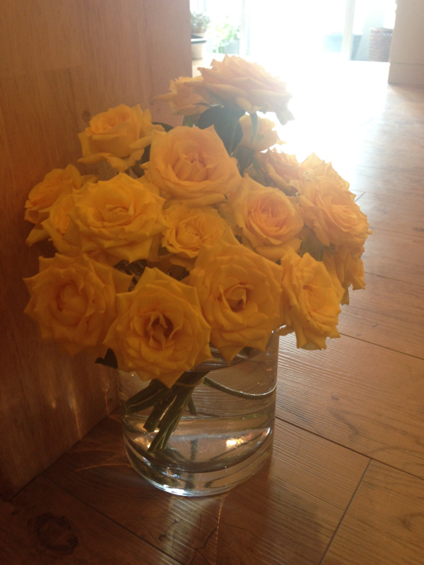 お店に黄色いバラの花束を頂きました